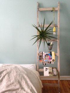 Échelle décorative de chevet // Decorative ladder Painted & distressed by L'atelier de Cyrielle Bedroom Inspiration, Furnitures, Decoration, Comme, Painted Furniture, Ladder Decor, Bedrooms, Tables, Diy Projects