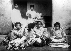 Buntal Hat makers of Quezon, 1926 Vintage Pictures, Old Pictures, Old Photos, Exotic Beaches, Tropical Beaches, Asian Image, Philippines Culture, Filipino Culture, Enjoy The Sunshine