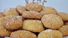 """Ghribat de coco    Assalamu Alaikum. En el Magreb se le llama """"Ghribat"""" a todas las galletas que tengan un aspecto agrietado. Las hay de muchos tipos, de almendra, de nueces, de sésamo, de cacahuetes, etc. Hoy os propongo  la receta de las de coco de Amhaouche, unas galletas fáciles de preparar y verdaderamente deliciosas."""
