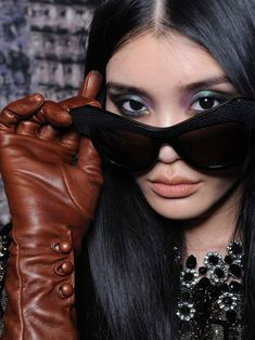 Long Leather Coat, Leather Gloves, Cool Sunglasses, Sunglasses Women, Divas, Elegant Gloves, Gloves Fashion, Women's Fashion, Leather Fashion