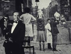 1961: residentes de Berlin Occidental aguardan turno para mostrar sus criaturas a los familares del otro lado del Muro.