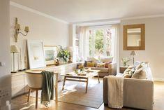 DSC8208. Salón con mueble bajo, dos sofás, mesa de centro de madera y espejo DSC8208