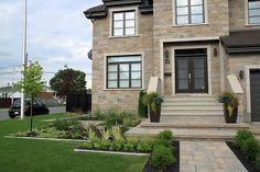 Une fusion d'éléments formels et de design contemporain, le jardin devant cette propriété de banlieue laisse une impression durable. Le jardin a été conçu pour être représentatif du style architectural de la maison et pour être en complémentarité avec lui. Puisque les propriétaires aiment recevoir, nous avons choisi de créer un jardin aussi pratique que possible. « L'utilisation appropriée de l'espace doit toujours être un principe-clé du concept, mais cela ne signifie pas que tout l'espace… Front Porch Stairs, Front Yard Walkway, Front Yard Landscaping, Small Dream Homes, Backyard House, Front Steps, Swimming Pools Backyard, Facade House, Exterior Design