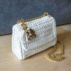 knitted bags Hand knitted handbag patterns K - knitting Crochet Purse Patterns, Crochet Clutch, Handbag Patterns, Crochet Handbags, Crochet Purses, Bead Crochet, Crochet Bags, Hand Knit Bag, Diy Accessoires