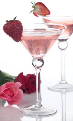 The Sparkle in Her Eye - Ingredients        2 oz. Exclusiv Classic      1 oz. Triple Sec      1 oz. White Cranberry Juice      Squeeze Of ¼ Lime    Directions    Shake over ice and strain into martini glass. Top with 1 oz. Exclusiv Rose´ Moscato and garnish with a strawberry.