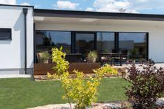 Ein gemütlicher Bungalow mit einer großteils überdachten Terrasse. Hier kann man Mittags mit der Familie essen oder den Abend mit Freunden verbringen. Bungalow, Plants, Gable Roof, Porches, Essen, Plant, Planets, Craftsman Bungalows, Bungalows
