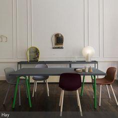 """Die minimalistische Einrichtung des Raumes hebt die Designer-Einrichtung von Hay besonders hervor: Der """"Trion Table"""" mit den grünen Tischbeinen, die """"Neu Chairs"""" und die """"Bent Wood""""-Spiegel als Wanddeko ergänzen sich zu einem unkonventionellen und originellen Look."""