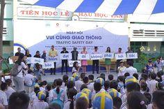 Dù che cùng TP HCM tặng 500 mũ bảo hiểm cho học sinh tiểu học