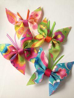 Lentes un lentītes (ribbon crafts) (no instructions but pretty self explanatory - simple, cute & fun) Butterflies (Friends) .Lentes un lentītes (ribbon crafts) (no instructions but pretty self explanatory - simple, cute & fun) Hair Ribbons, Diy Hair Bows, Diy Bow, Ribbon Hair Clips, Ribbon Art, Diy Ribbon, Ribbon Bows, Ribbon Flower, Crafts With Ribbon