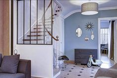Cliché d'une maison style années 30 de Montreuil rénovée avec les peintures Farrow and Ball. Mur en Stone Blue http://www.papillondecoration.com/stone-blue---no-86---emulsion-mate-888-p.asp et les boiseries en Wimborne White http://www.papillondecoration.com/wimborne-white----no-239---emulsion-satinee-3080-p.asp #farrowandball #peinture #stoneblue #interiordesign