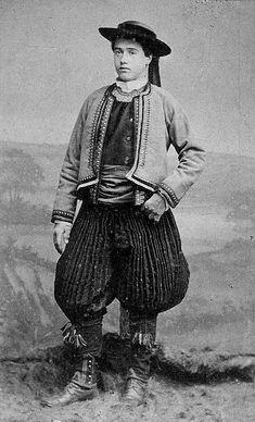 XIXe siècle, cette photographie représente un homme en costume de Ploaré, qui est un dérivé de la mode de Quimper. On remarquera ici le ''bragou braz'', qui cessera progressivement d'être porté par les jeunes de la région de Quimper dans les années 1860-1870. L'homme porte à la taille un turban en guise de ceinture. Le costume ici représenté est un costume de très grande cérémonie, réservé à une petite partie de la population.