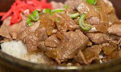Receta de gyudon. El gyudon es un donburi en el que el ingrediente principal, además del arroz, es carne de ternera (gyū, en japonés) en finas láminas.