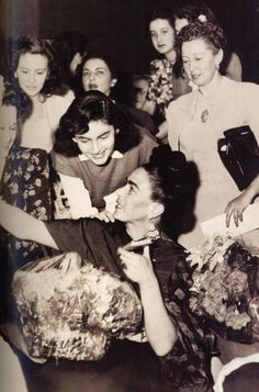 Detrás de Frida está Emma Hurtado (de blanco) quien se convertiría en esposa de Diego Rivera tras la muerte de la pintora.