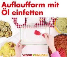 Unglaublich leckeres Rezept für griechische Moussaka: Der saftige Auflauf mit Auberginen, Kartoffeln und Tomatensoße ist vegetarisch und vegan. Der Auberginenauflauf mit veganem Hackfleisch ist ohne Fleisch und ohne Käse. Der Auflauf wird überbacken mit veganem Hefeschmelz mit Hefeflocken. Er ist super aromatisch und lecker! Ein tolles Mittag oder Abendessen, auch perfekt zum kochen für Gäste. #VeggieEinhorn #moussaka #vegetarisch #vegan #griechisch #aubergine #kartoffeln Super, Cereal, Breakfast, Food, Vegan Ground Beef, Souffle Dish, Browning, Potato, Morning Coffee