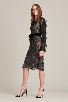 See the complete Monique Lhuillier Pre-Fall 2017 collection.