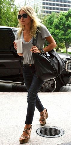 t-shirt with jeans and heels. ashley olsen.