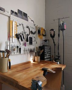 Giving the studio a spring clean today ahead of some busy months. This is my ben… – Goldschmied – Boomerang Workshop Studio, Studio Setup, Home Workshop, Jewelry Studio Space, Studio Spaces, Atelier Home, Jewelers Workbench, Studio Organization, Workbench Organization