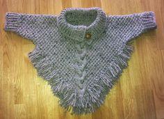 Gebreide Poncho met mouwen en franje      Deze poncho is gebreid met tweed garen (bijna 200 gram) en op pendikte 5.   Aan de voorkant word...