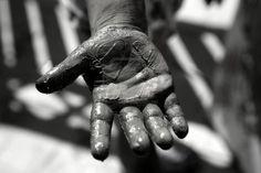 4117452-children-dirty-dark-hands-paint-game-mud-grease-black-and-white.jpg (400×267)