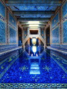 Il paradiso in una stanza: meraviglie tra quattro pareti   Piscina interna, Azure Blue, Hearst Castle in California. Foto da Flickr