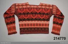 Bjuråker, Sweden. Stickad kvinnotröja i slätstickning med tvinnat ullgarn med mönster i rött och grönt på svart botten, även mönster i vitt bomullsgarn.