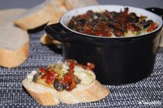 Brie al horno con olivas y tomates semisecos | L'Exquisit