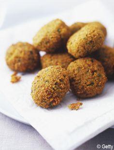 Recette Falafels au four : La veille, mettez les pois chiches à tremper dans une grande quantité d'eau.Le lendemain, rincez, égouttez, et mélangez dans ...