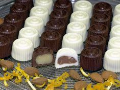 Make your own chocolates – praline recipes with marzipan nougat brittle with silicone mold Source Salted Chocolate, Chocolate Cups, Christmas Rock Candy Recipe, Fudge, How To Make Marzipan, Spaghetti Eis Dessert, Desserts Rafraîchissants, Praline Recipe, Make Your Own Chocolate