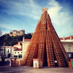 In Leiria (Portugal), a Marketing Agency and a pallet Supplier (Martos) built this year the biggest Christmas tree ever made out of Pallets. Celebrate the New Year With a 2200 Pallet Christmas Tree (Guinness World Record) Best of Other Pallet Projects Pallet Wood Christmas Tree, Pallet Tree, Big Christmas Tree, Beautiful Christmas Trees, Christmas Tree Decorations, Diy Christmas, Pallet Decorations, Pallet Kids, Workshop Shed