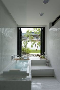 Taking a bath here might be one of the most beautiful and relaxing things you do in a long time. It might be small, but this is one of the most tranquil and inviting baths we've seen on homify. Perfection! House with the bath of bird by Sakurayama-Architect-Design