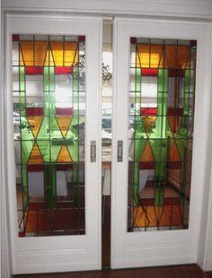 Glas-in-lood schuifdeuren; deze zaten tussen de voor-en de achterkamer. In de voorkamer stond het bankstel en de TV en  in de achterkamer de eettafel en het dressoir (met servies!) en dergelijke. Die deuren waren prachtig!