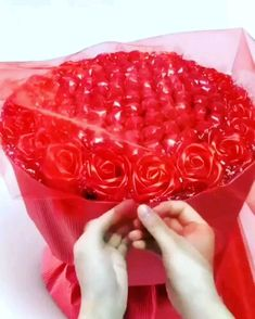 Candy Bouquet Diy, Diy Bouquet, Diy Crafts For Home Decor, Diy Crafts For Gifts, Paper Flowers Craft, Diy Flowers, Chocolate Bouquet Diy, Flower Box Gift, Valentines Diy