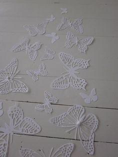 Gedetailleerde 3D papieren muurvlinders in wit --- Als muurdecoratie, bruiloftsdecorate of maak een vlinderhart