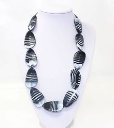 Another black & white beauty, this Gemini pendant has large pebbles which keep busy hands entertained while in a sling or while breastfeeding. Perfect for teething too! chewigemcanada.ca