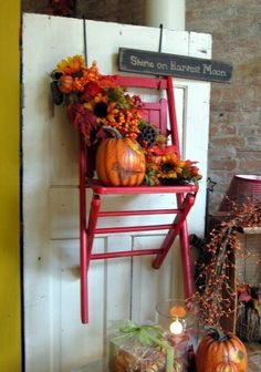 Fall display using a chair hanging on the door Paint chair red, with orange pumpkins and sunflowers Fall Store Displays, Flea Market Displays, Shop Window Displays, Display Window, Antique Booth Displays, Antique Booth Ideas, Autumn Display, Craft Show Ideas, Merchandising Displays