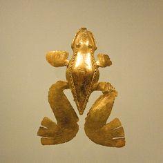Rana de patas grandes. Arte precolombino, Museo del Oro, Bogotá DC, Colombia. by alvarobueno, via Flickr
