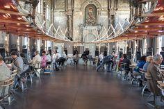 Una grande struttura ovale e 30 schermi accolgono il pubblico dei Berlin che verrà immerso in 30 curiose storie differenti, che spaziano da ipotesi filosofiche, al dettaglio scientifico fino agli aneddoti. Qui un esempio di quello che il pubblico troverà al S.Carlo. Foto di Sigrid Spinnox. #VIEFestival2016 #emiliaromagnateatro #festival #modena #bologna #berlin #carpi #vignola #installation #visualart