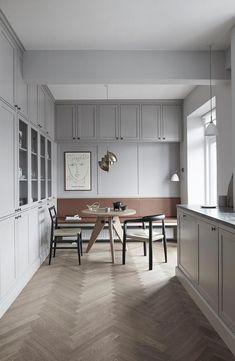 Arrancamos la semana despacito con esta cocina en un gran apartamento de 160m2 en Copenhague. Tan solo nos muestra unas pocas imágenes de ella y nada del resto de esta vivienda que me imagino fabulosa, pero me gusta compartir estos pequeños descubrimientos, porque te imagino siguiendo a tu aire los enlaces del final para inspirarte …