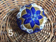 Dekorácie - vianočné patchworkové gule modro-biele so starozlatou - 7148698_
