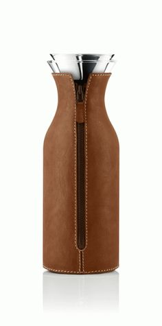 Önska - Eva Solo, Karaff 1 L vintage leather Outdoor Gadgets, Water Bottle Design, Bottle Packaging, Small Leather Goods, Professional Women, Everyday Objects, Leather Design, Leather Accessories, Bottle Crafts