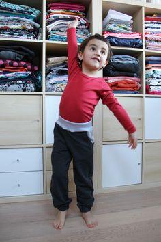Střih na dětské tepláčky se sedlem najdete v článku na blogu Prošikulky.cz Knit Crochet, Sewing Patterns, Capri Pants, Sweatpants, Knitting, Blog, Masky, Tutorials, Gallery