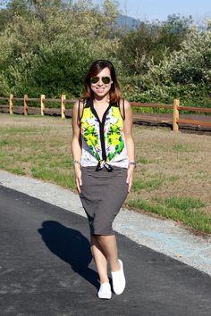 Tênis branco: uma moda que alia conforto e estilo! Combinei com uma saia listrada e uma camisa floral para brincar com as estampas diferentes
