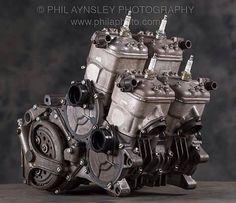 El musculoso motor tetracilíndrico de la Suzuki RG 500cc. Motor en cuadro.
