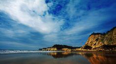 La playa de Canoa es un paraíso de 17 kilómetros de tranquilidad, naturaleza y diversión en la provincia de Manabí. El ecoturismo y las excelentes olas para surfistas son algunas de las principales ofertas de este lugar. Su geografía es propicia para volar en alas delta o parapente, saltando desde el acantilado y volando sobre la playa.