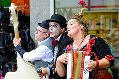 The Bombastics - Professionellen Musiker mit Clownausbildung. Drei begnadete Musiker und waghalsige Sänger inszenieren alles, was Lust und Laune macht. Als unverbesserliche Rampensäue kombinieren sie ihr clowneskes Spiel mit einer einzigartigen musikalischen Mischung aus Balkanblues, Punkabilly und Italoswing. Eigenwillig instrumentiert, mitreißend interpretiert und fetzig dargeboten – eben Clownbeat der ganz besonderen Art!