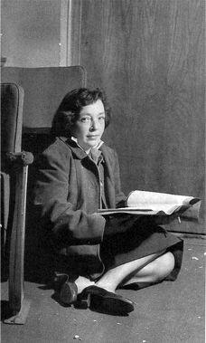 """Marguerite Duras. En 1942 se casó con Dyonis Mascolo y consiguió publicar su primera novela, """"Les Impudents"""" (1942). Dos años después apareció """"La Vida Tranquila"""" (1944). Eran textos primerizos que denotaban su querencia por escritores como Virginia Woolf o Ernest Hemingway. En la época de la ocupación nazi, Marguerite simpatizó con el existencialismo de Jean-Paul Sartre y Simone de Beauvoir y se afilió al Partido Comunista, colaborando activamente con la Resistencia. moderato cantabile…"""