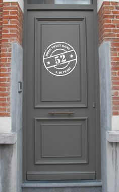Interieurideeën   stoere familienaam stempelsticker op de voordeur.