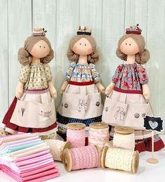 Reunião de costureirinhas 💛 vamos marcar as amigas que amam passar a tarde nas costurices? 💛 adoro!! #costuras #amigas #sewingfriends #doll #muñecas #bonecas #dollsmaker #hechoamano #telas #tecidos Doll Crafts, Sewing Crafts, Sewing Projects, Doll Dress Patterns, Sewing Dolls, Doll Costume, Waldorf Dolls, Toy Store, Fabric Dolls
