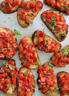 12 recettes incontournables pour votre apéro ! Originales et délicieuses, vous allez craquer ! Bruschetta tomates basilic INGRÉDIENTS : - Des tranches de pain de campagne - 500 g de tomates cerise ou des tomates mûres - 1 oignon rouge - 1 gousse d'ail - Du basilic frais - Huile d'olive - Sel et poivre