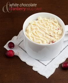 White Chocolate & Cranberry Mug Cake. Recommended to add vanilla. Alternate: sub 1 tbsp cocoa for one of the tbsp of flour and splash of vanilla and it made a rich, chocolatey cake (top w choc frosting). Cake Mug, Bowl Cake, Mug Cake Microwave, Microwave Recipes, Microwave Dishes, Mug Recipes, Gourmet Recipes, Mug Cake Micro Onde, Sweets